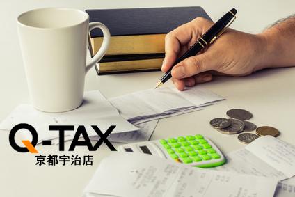 Hand calculating bills on the desk